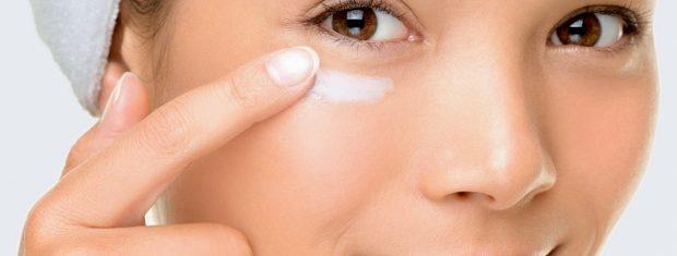 Mulher usa produto para amenizar olheiras