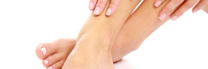 Mulher mostrando os pés limpos